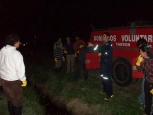 Los aspirantes escuchando atentos al bombero José María Petignat, que indicaba como debían atacar el foco ígneo.