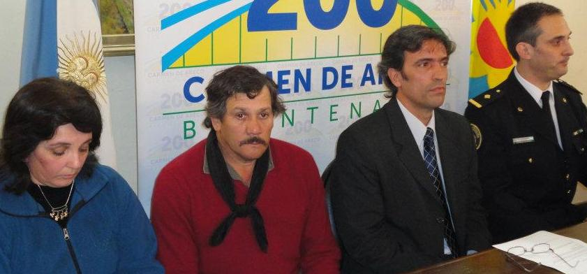 Los padres de Héctor Hugo Fernández, Marcelo Skansi y personal policial en la conferencia de prensa.