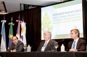 Epígrafe: de izquierda a derecha, el secretario de Agricultura, Gandadería y Pesca, Lorenzo Basso;y los directivos de Maizar, Alberto Morelli y Santiago Del Solar.