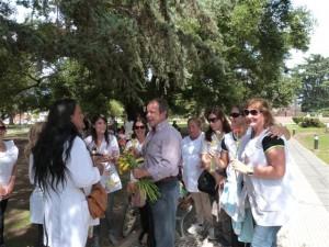 El concejal  Speranza entregando una flor a las maestras que están en plaza San Martín reclamando por salarios.