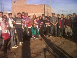 Stéfano con vecinos del Barrio Obras Sanitarias Zona Oeste de Chacabuco.