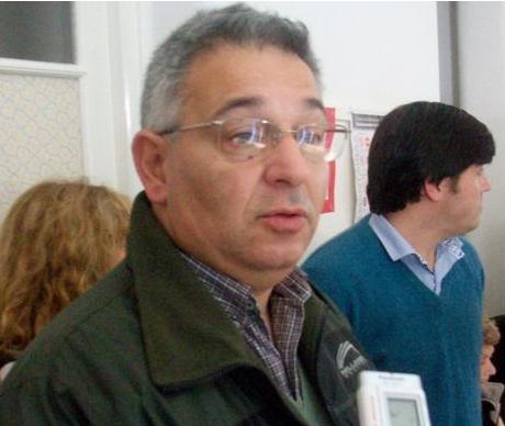 Mauricio Barrientos en la entrega de subsidios en Rawson.