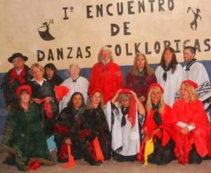 """Parados de izquierda a derecha: """"Pampa"""" Cogo, Olga Etchanchú, Elvia Díaz, Doly Ross, Héctor Howlin, Graciela León, Ivana Molinari y el profesor Ariel Giménez. Hincados de izquierda a derecha: Teresa Grennon, Laura Siré, Nancy Rodríguez, Anahí Papini  -coordinadora-, Mónica del Castillo y Cerafian DÁngelo."""