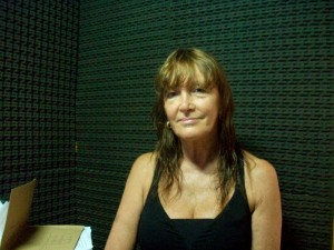 Teresa Grennon en los estudios de la Radio de Rawson.