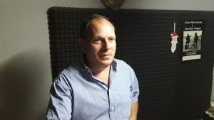 Santiago Terrile en la radio de Rawson.