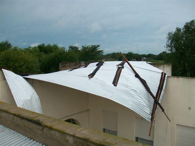 Las chapas de uno de los pabellones de la Escuela Nº 11 arrancadas literalmente por el viento.