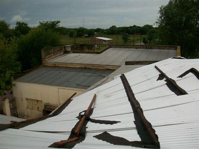 Las chapas que fueron desclavadas por el viento quedaron sobre el techo de otro pabellón de la Escuela 11.