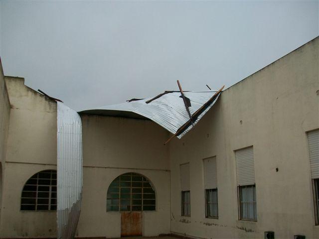 Las chapas del techo volado en la Escuela 11 sobre pared de uno de los patios.