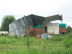 Imagen del galpón destruido por el viento.