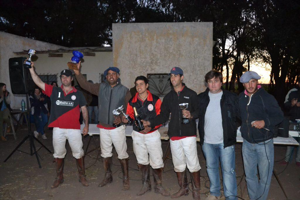 Los integrantes de El Relincho-Exolra recibiendo el título de campeón.