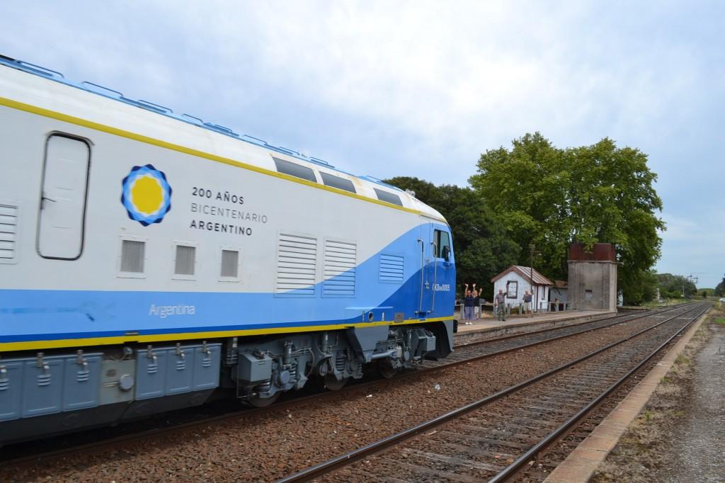 Varios vecinos esperaron el paso del nuevo tren chino.