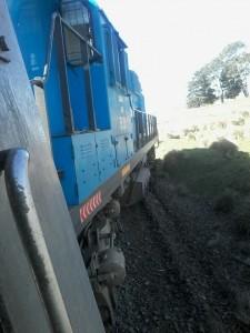La locomotora fuera de las vías.