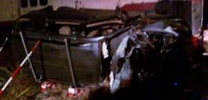 Estado en que quedó la camioneta arrollada por el tren. Foto TV.