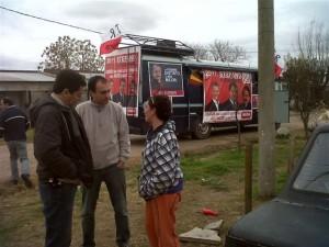 Stefano y Cámera dialogando con vecinos de Chacabuco.