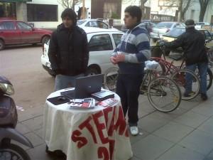 Jóvenes de la Juventud Radical colocaron mesa de consulta de padrones en Chacabuco.