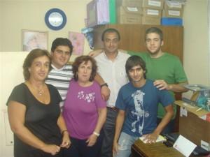 El concejal Mariano Camera junto a integrantes de la Juventud Radical en la entrega de aportes al Hogar Máximo Gil.