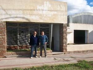 Juan Carlos Cabral y Lucas Castro trabajando en la Unidad Básica de Hugo Moro en Rawson.