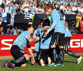 24.7.11- Los goles del equipo celeste fueron convertidos por Luís Suárez y Diego Forlán, a los 11 y 41 minutos del primer tiempo, respectivamente y nuevamente Forlán a los 89 minutos del segundo tiempo.