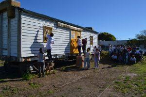 Alumnos de 6º Año realizando tareas de pintura en el vagón.