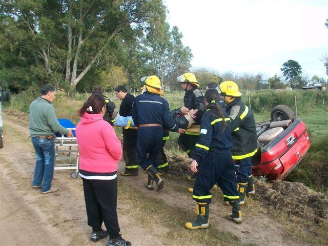 Fernando Bustamante es rescatado por Bomberos Voluntarios de Rawson.