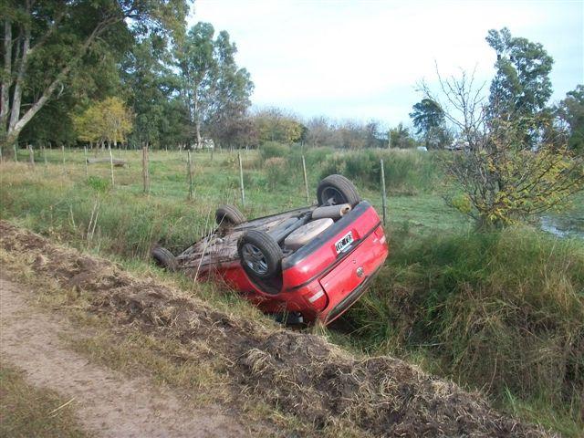 Otra imagen del VW Gol volcado.