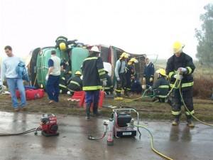 Bomberos de Rawson y Chivilcoy trabajando para rescatar al conductor del camión.