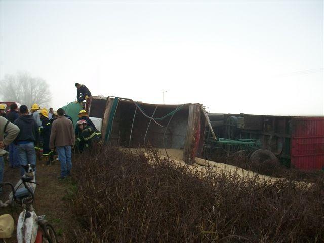 El camión quedó volcado sobre la banquina contraria.