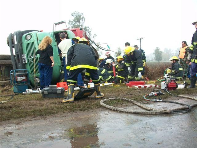 Ardua labor de los Bomberos para rescatar al chofer.