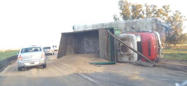 28.4.14- Un camión marca Mercedes Benz que transportaba soja, volcó hoy en el kilómetro 129 de la Ruta Nacional 7, a la altura de San Andrés de Giles. Su conductor resultó ileso y el transito se vio interrumpido por el accidente.  En el lugar trabajó Policia Rural de San Andrés de Giles.