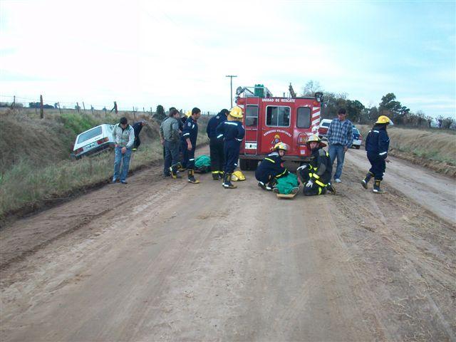 Bomberos Voluntarios de Rawson trabajaron en el lugar del accidente.