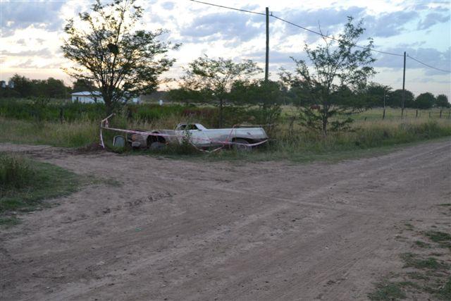 El Ford Ranchero recostado sobre la cuneta.