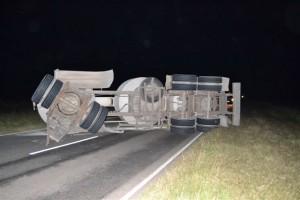 Vuelco de camiones, una constante en rutas bonaerenses, producto del pésimo estado. Esta imagen pertenece al vuelco de un transporte de cal, oriundo de Sierras Bayas, ocurrido el pasado 15 de abril, en el kilómetro 144 de la RP 51.