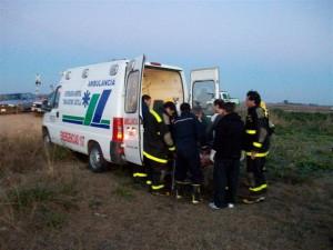Uno de los jóvenes heridos es introducido en la ambulancia del Hospital de Castilla para ser trasladado a Carmen de Areco.