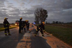 Bomberos Voluntarios de Rawson retiran el maíz de la ruta.