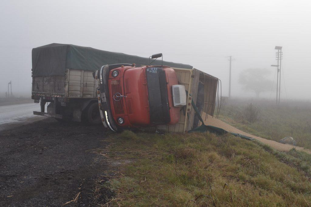Imagen del camión volcado sobre la banquina.