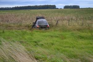 El vehículo quedó sobre el préstamo de la ruta.