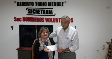 Aimoré Papini entrega su premio a María Susana Márquez
