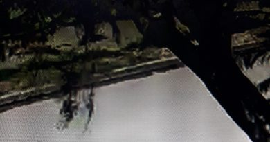 El robo de la bicicleta quedó registrado en cámaras de seguridad. La imagen publicada fue tomado por un celular de la computadora dónde se halla la filmación.