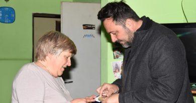 Aiola entrega medalla por su jubilación a Marta Delaudo