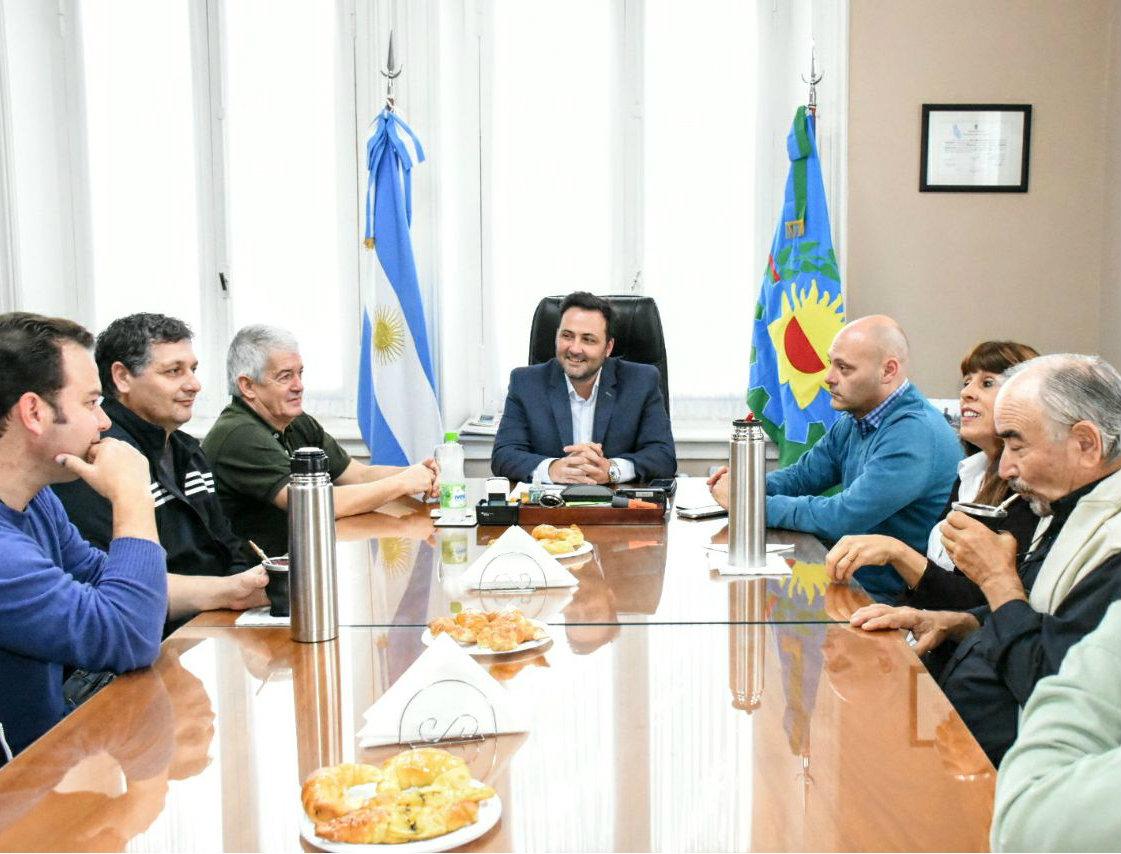 Aiola con integrantes del Coro Polifónico Municipal,