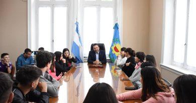 Aiola con alumnos de quinto tercera del Colegio Nacional