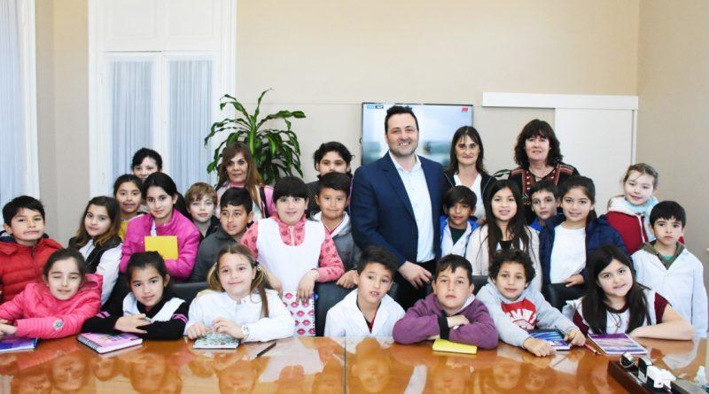 Aiola con alumnos de la Escuela Primaria Nº 3