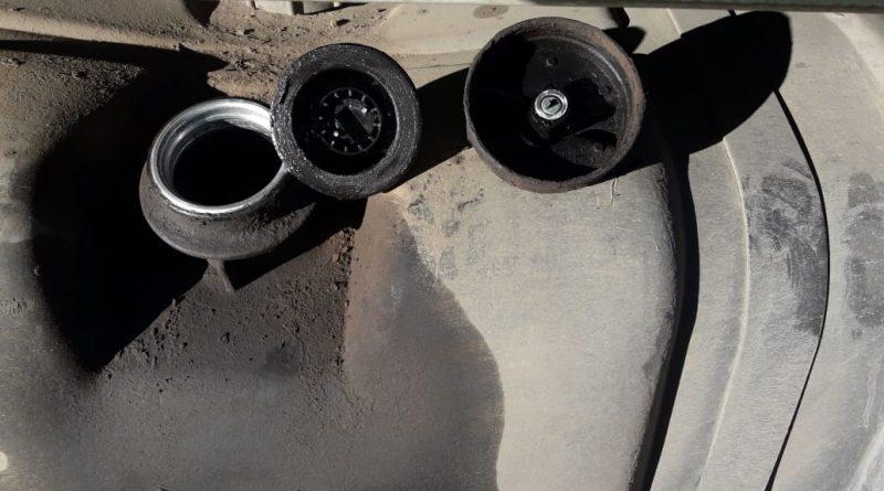 La imagen corresponde al tanque de gas oil del camión que sacaron el combustible, rompiendo la tapa del mismo.
