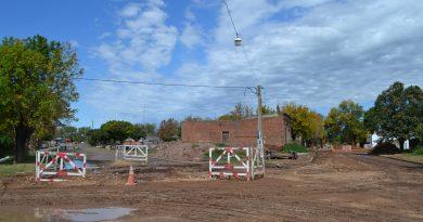 La imagen pertenece a calle San Martín en su intersección con Moreno y 25 de Mayo, cortada al tránsito por la obra de cloacas.