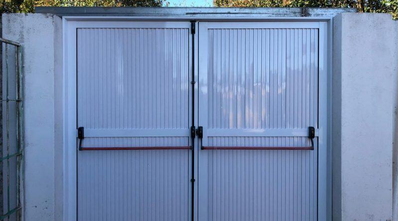 La puerta antipanico colocada en la Secundaria de Rawson