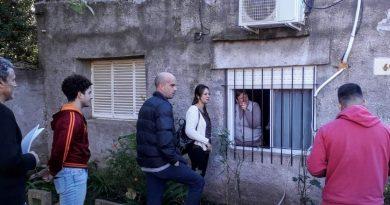 Julieta Garello con vecinos.