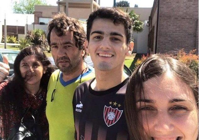 Agustín junto a sus padres y hermana antes de emprender su regreso desde Junín a Tres Sargentos