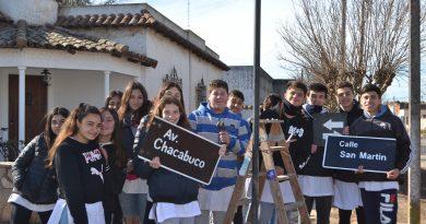 Alumnos de 3º Año colocando los carteles