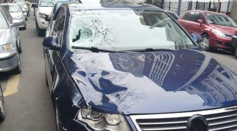 EL Volkswagen tras haber atropellado y matado a agente de tránsito en Palermo