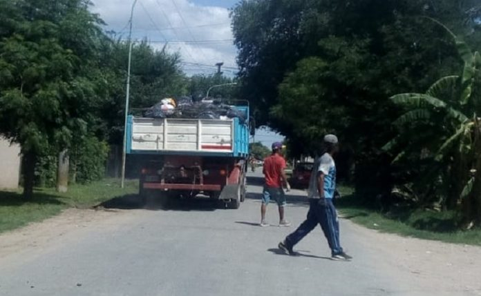 Vecinos del barrio San Pedro de Luján alquilaron un camión y juntaron la basura